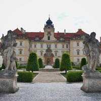 Valtice Schloss Welche Öffnugszeiten hat das Schloss, wie teuer ist es? Schauen sie sich die Bauentwicklung des Schlosses an.